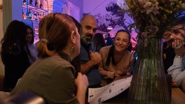 Глава Комитета гражданской авиации Татевик Ревазян и бизнесмен из Канады Раффи Низибян в клубе ROOMZ  (16 января 2020). Еревaн - Sputnik Армения