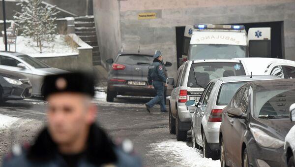 Сотрудники правоохранительных служб и скорой помощи у дома, где обнаружено тело Георгия Кутояна (17 января 2020). Еревaн - Sputnik Армения
