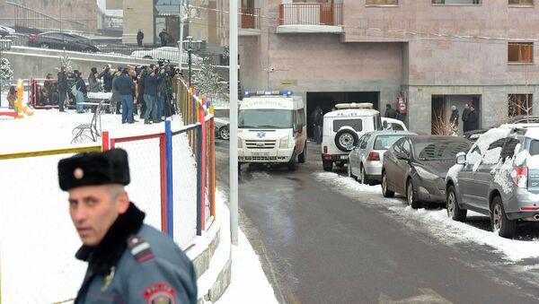 Автомобиль скорой помощи увозит тело Георгия Кутояна (17 января 2020). Еревaн - Sputnik Армения