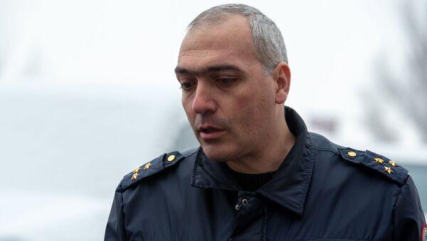 Представитель Следственного комитета Артур Меликян отвечает на вопросы журналистов у дома, где найдено тело Георгия Кутояна (17 января 2020). Еревaн - Sputnik Արմենիա
