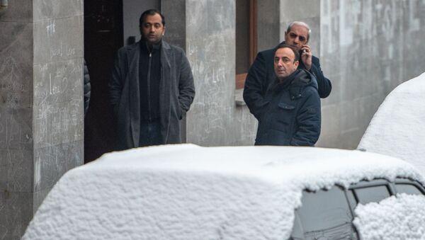 Глава Конституционного суда Грайр Товмасян у дома, где обнаружено тело Георгия Кутояна (17 января 2020). Еревaн - Sputnik Армения