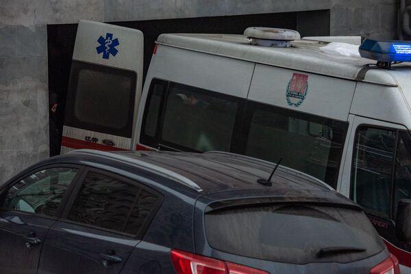 Շտապօգնությունը` շենքի մոտ, որտեղ այսօր հայտնաբերվել է ԱԱԾ նախկին տնօրեն Գեորգի Կուտոյանի դին - Sputnik Արմենիա