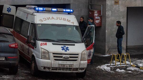 Машина скорой помощи у дома, где обнаружено тело Георгия Кутояна (17 января 2020). Еревaн - Sputnik Армения
