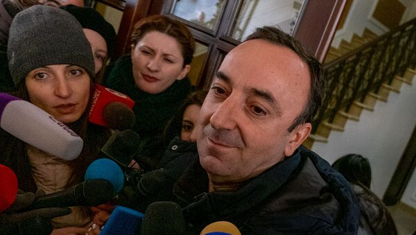 Председатель Конституционного суда Армении Грайр Товмасян отвечает на вопросы журналистов после проведения обыска СК (24 января 2020). Еревaн - Sputnik Армения