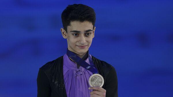 Завоевавший серебряную медаль в мужском одиночном фигурном катании на чемпионате Европы по фигурному катанию россиянин Артур Даниелян на церемонии награждения (23 января 2020). Грац - Sputnik Արմենիա
