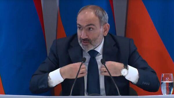 Премьер-министр Никол Пашинян отвечает на вопрос про разницу костюма во время пресс-конференции (25 января 2020). Капан - Sputnik Армения