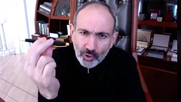 Никол Пашинян демонстрирует ручку, подаренную ему Грайром Товмасяном - Sputnik Армения