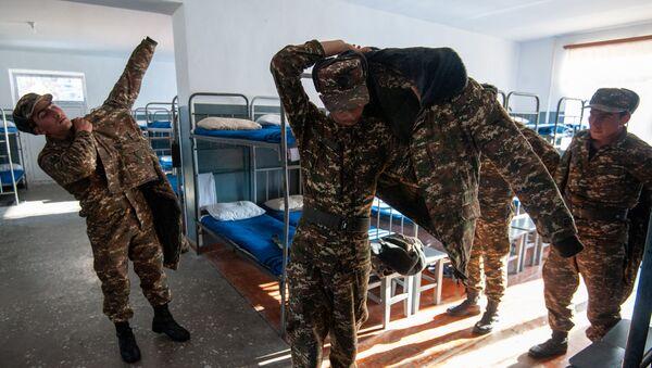 Солдаты одной из воинских частей в казарме - Sputnik Արմենիա