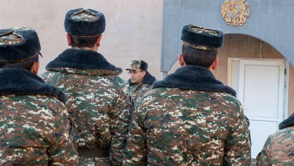 Заместитель командира одной из воинских частей поздравляет солдата с демобилизацией - Sputnik Արմենիա