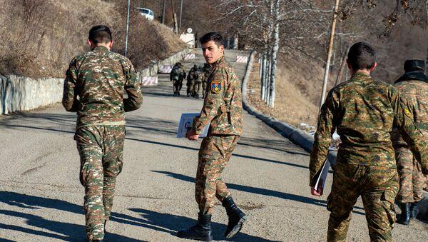 Долгожданный поход демобилизованных солдат к КПП - Sputnik Արմենիա