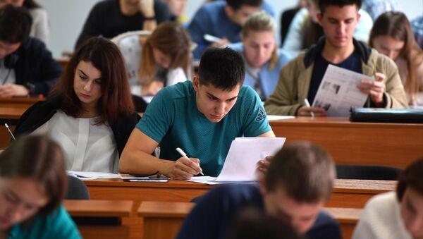 Студенты на лекции - Sputnik Армения
