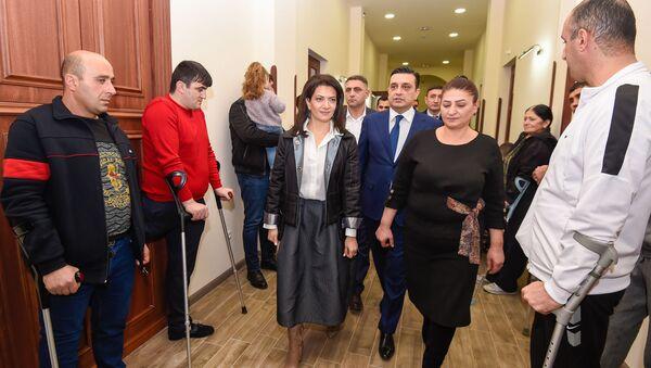 Анна Акобян и ректор ЕГМУ Армен Мурадян во время ее посещения реабилитационного центра защитника Отечества (28 января 2020). Еревaн - Sputnik Армения