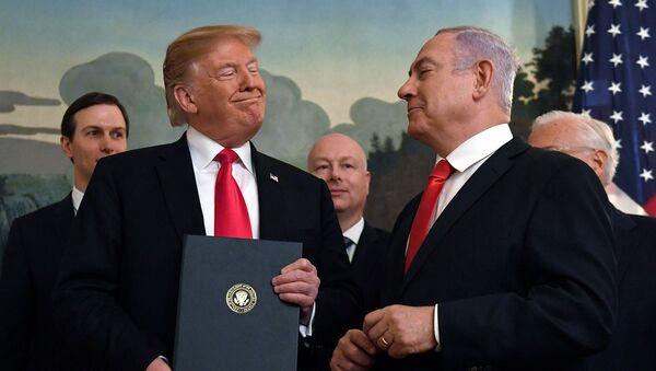 Президент США Дональд Трамп улыбается премьер-министру Израиля Биньямину Нетаньяху после подписания официального заявления о формальном признании суверенитета Израиля над Голанскими высотами (25 марта 2019). Вашингтон - Sputnik Армения