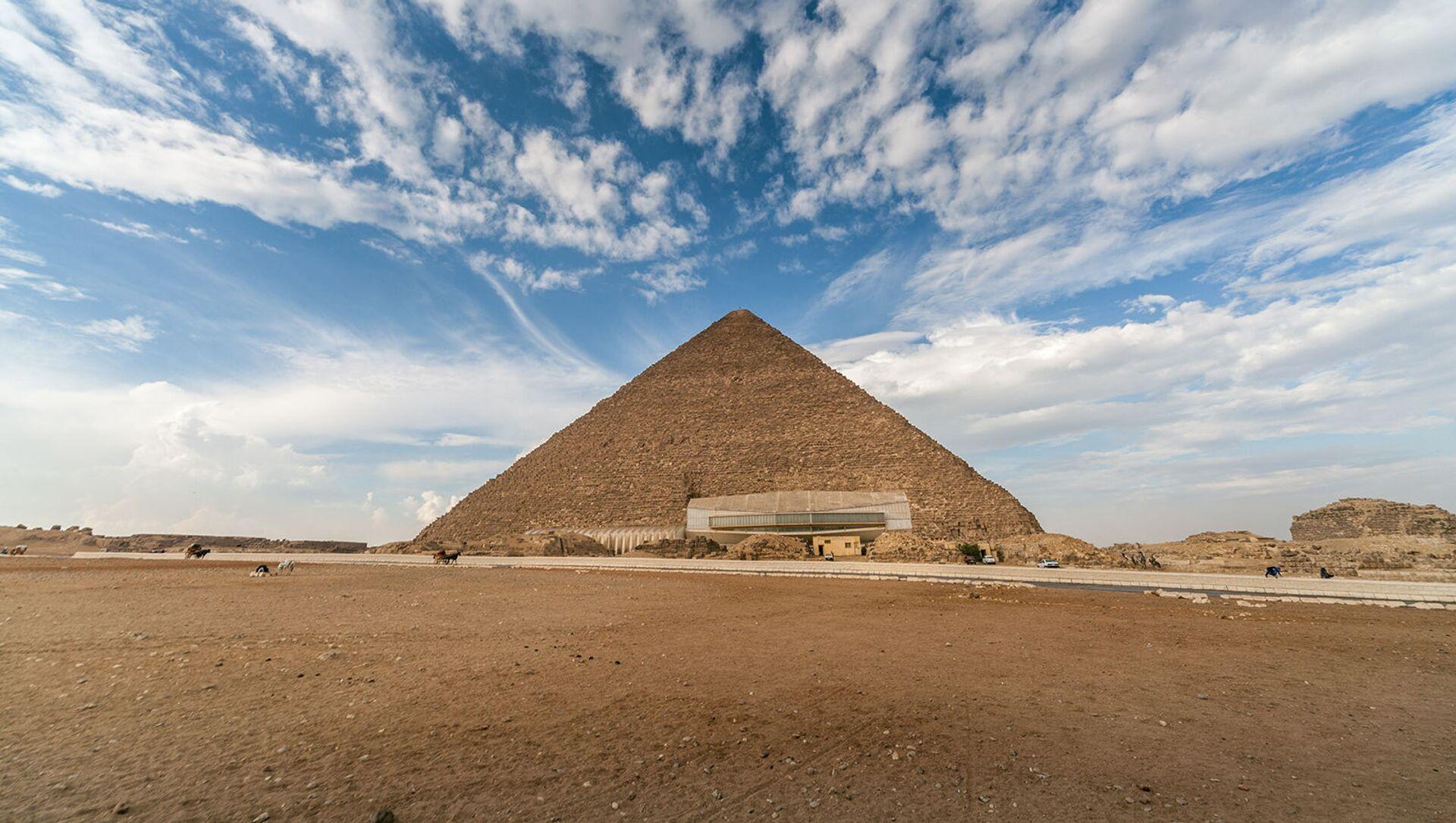 Пирамида Хеопса в Гизе,  одно из Семи чудес древнего мира - Sputnik Армения, 1920, 17.02.2021