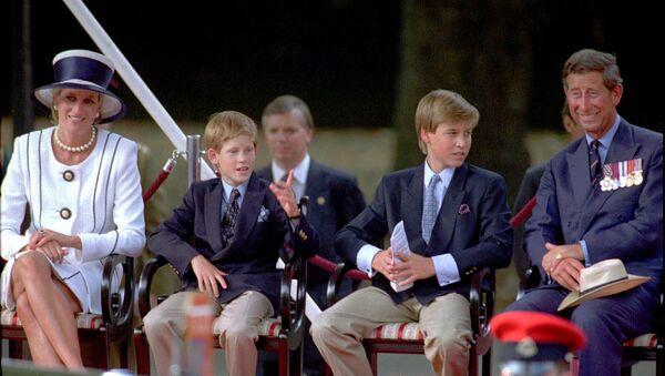 Принцесса Диана, ее сыновья принц Гарри и принц Уильям и Принц Чарльз смотрят парад ветеранов во время празднования 50-й годовщины Дня Победы над Японией (19 августа 1995). Лондон - Sputnik Армения