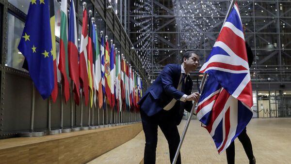 Сотрудники снимают британский флаг на заседании Совета Европейского Союза (31 января 2020). Брюссель - Sputnik Արմենիա