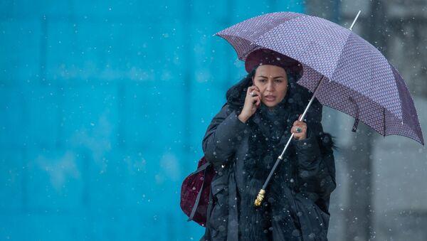 Женщина с зонтом и телефоном - Sputnik Армения