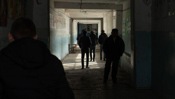 Ученики старших классов во время перемены в коридоре школы имени Азата Симоняна села Камарис, Котайк - Sputnik Արմենիա