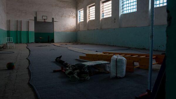 Новый спортинвентарь в недействующем спортзале школы имени Азата Симоняна села Камарис, Котайк - Sputnik Армения