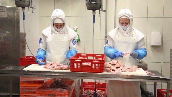 Мясо есть: из чего делают куриную колбасу - Sputnik Армения