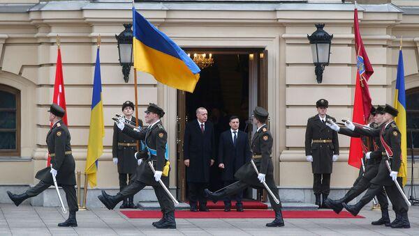 Президент Украины Владимир Зеленский (справа) и президент Турции Реджеп Тайип Эрдоган во время церемонии приветствия (3 февраля 2020). Киев - Sputnik Армения