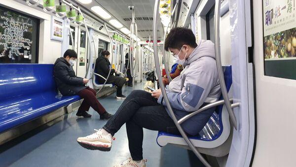 Пассажиры пекинского метро в медицинских масках - Sputnik Արմենիա