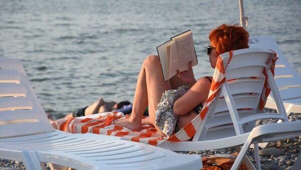 Женщина на пляже  - Sputnik Արմենիա