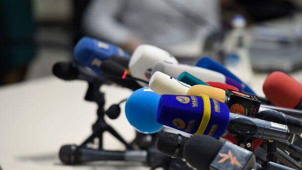 Микрофоны армянских СМИ перед началом пресс-конференция министра по чрезвычайным ситуациям Армении (5 февраля 2020). Еревaн - Sputnik Արմենիա