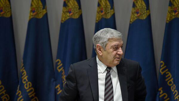 Министр по чрезвычайным ситуациям Феликс Цолакян перед началом церемонии вручения грамот журналистам и сотрудникам МЧС (5 февраля 2020). Еревaн - Sputnik Արմենիա