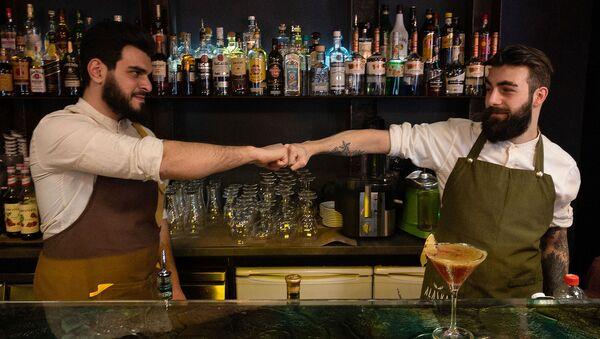 Старший бармен компании MBG Hospitality Мушег Вардан и бармен ресторана Alaska Арсен Саркисян - Sputnik Արմենիա