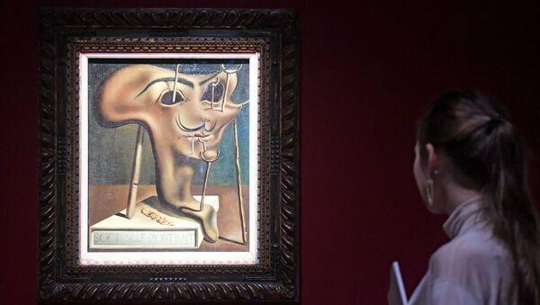 Девушка у картины Мягкий автопортрет с жареным беконом  - Sputnik Армения