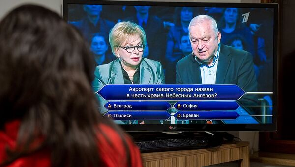 Девушка смотрит программу Кто хочет стать миллионером - Sputnik Արմենիա