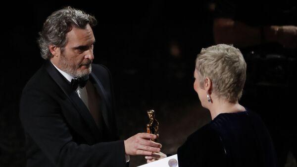 Хоакин Феникс получает Оскар за Лучшую мужскую роль в фильме Джокер на 92-й церемонии Оскар (9 февраля 2020). Голливуд - Sputnik Արմենիա