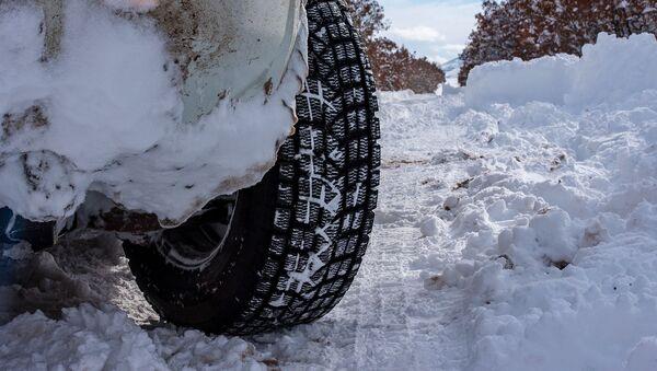 Автомобиль на заснеженной дороге - Sputnik Արմենիա