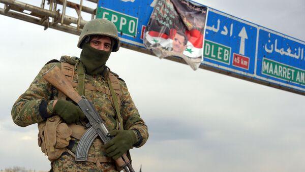 Военнослужащий Сирийской арабской армии (САА) в освобожденном от боевиков террористической группировки ИГ городе Мааррат-эн-Нууман в Сирии (10 февраля 2020). - Sputnik Армения