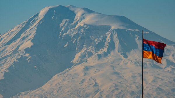 Флаг Армении на фоне горы Арарат - Sputnik Армения