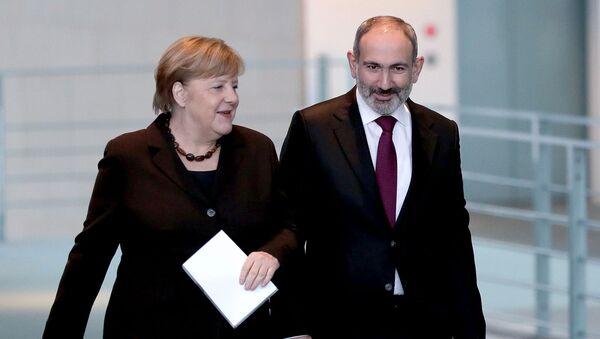 Канцлер Германии Ангела Меркель (слева) и премьер-министр Армении Никол Пашинян перед встречей в канцелярии (13 февраля 2020).  Берлин - Sputnik Արմենիա