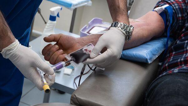 Сотрудники строительной компании добровольно сдают кровь в гематологическом центре имени Р.Йоляна (14 февраля 2020). Еревaн - Sputnik Արմենիա