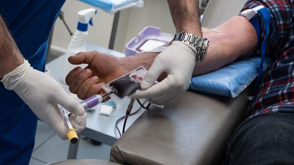 Сотрудники строительной компании добровольно сдают кровь в гематологическом центре имени Р.Йоляна (14 февраля 2020). Еревaн - Sputnik Армения