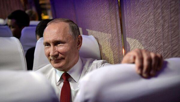 Президент России Владимир Путин улыбается в автобусе перед посещением концерта в Национальном Центре исполнительских искусств в Пекине - Sputnik Армения
