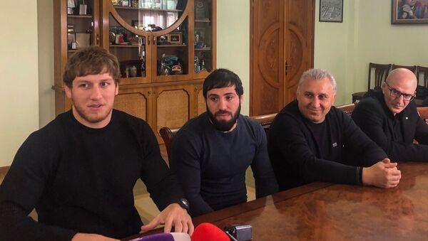 Артур Алексанян (слева) и Карапет Чалян (в середине) в мэрии города Гюмри (17 февраля 2020).  - Sputnik Արմենիա