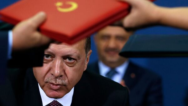 Президент Турции Реджеп Тайип Эрдоган во время подписания соглашения после переговоров с президентом Сербии Александром Вучичем (10 октября 2017). Белград - Sputnik Արմենիա