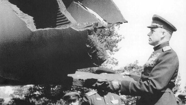 Маршал Рокоссовский рассматривает трофеи, 1945 год - Sputnik Армения