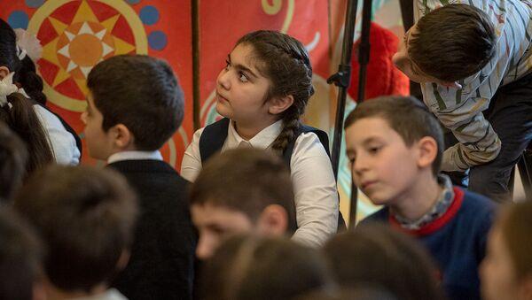 Дети слушают сказку Туманяна Кот и пес, которую читает Министр ОНКС Араик Арутюнян в библиотеке имени Хнко Апера (19 февраля 2020). Еревaн - Sputnik Армения