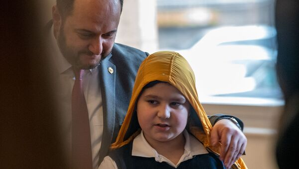 Ученик Арман Аветисян делает селфи с министром ОНКС Араиком Арутюняном в библиотеке имени Хнко Апера (19 февраля 2020). Еревaн - Sputnik Արմենիա