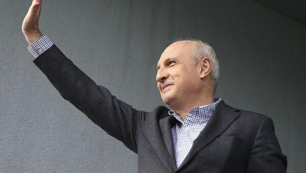 Бывший премьер-министр Грузии Вано Мерабишвили приветствует сторонников после своего освобождения (20 февраля 2020). Тбилиси - Sputnik Армения