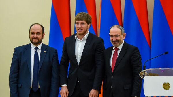 Артур Алексанян (в центре) на церемонии награждения лучших спортсменов 2019 года (21 февраля 2020). Еревaн - Sputnik Արմենիա