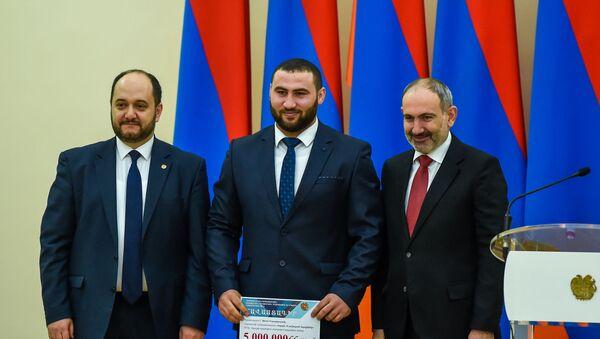 Симон Мартиросян (в центре) на церемонии награждения лучших спортсменов 2019 года (21 февраля 2020). Еревaн - Sputnik Արմենիա