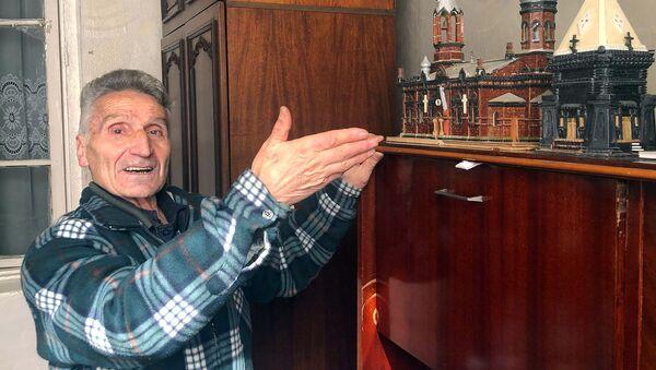 Мастер Оник Хачатрян с макетом церкви - Sputnik Արմենիա