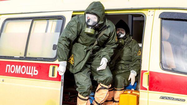 Сотрудники инфекционной больницы во время учений по отработке ситуации с выявлением китайского коронавируса - Sputnik Արմենիա